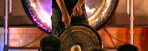 Pan grający na gongu