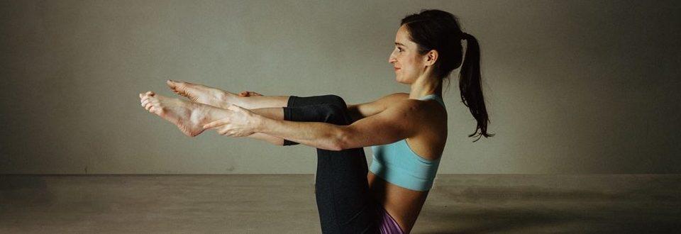 Kobieta ćwicząca pilates. Jedna z pozycji.
