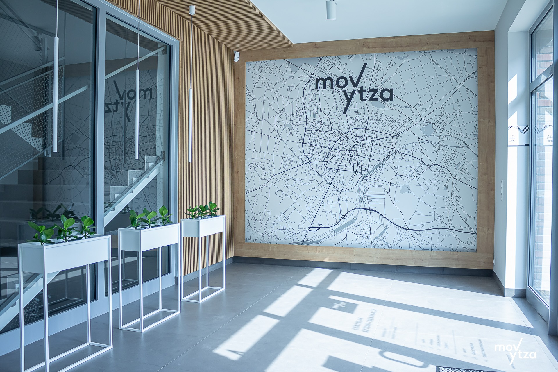 Przedsionek w Centrum Sztuki i Rekreacji MOVYTZA w Rybniku przedstawiający mapę Rybnika z logo MOVYTZA